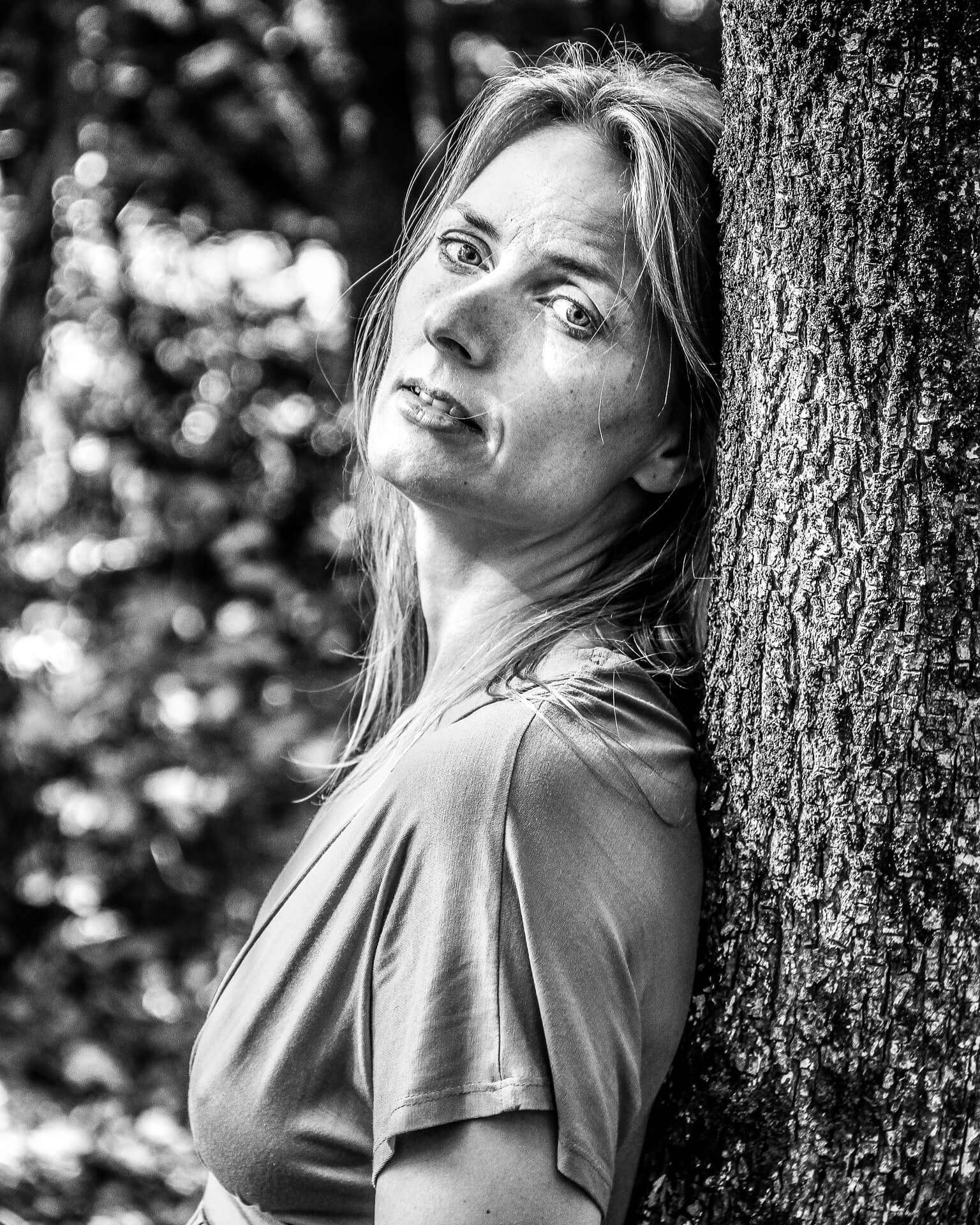 A B&W head & shoulders image of Liz leaning against a tree, taken in Fleix 86, France 2011